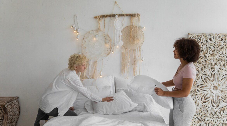 To piger reder deres seng sammen